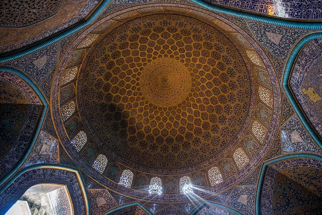 Isfahan, Iran, 2016. ©ivo+ana. La cupula de la Mezquita Sheij Lotf Allah es una de las mejores de la cultura irani. Situada al lado este de la plaza de Naghsh-i Jahan,  es el azul que domina, con las adiciones de verde, amarillo, rojo y turquesa.