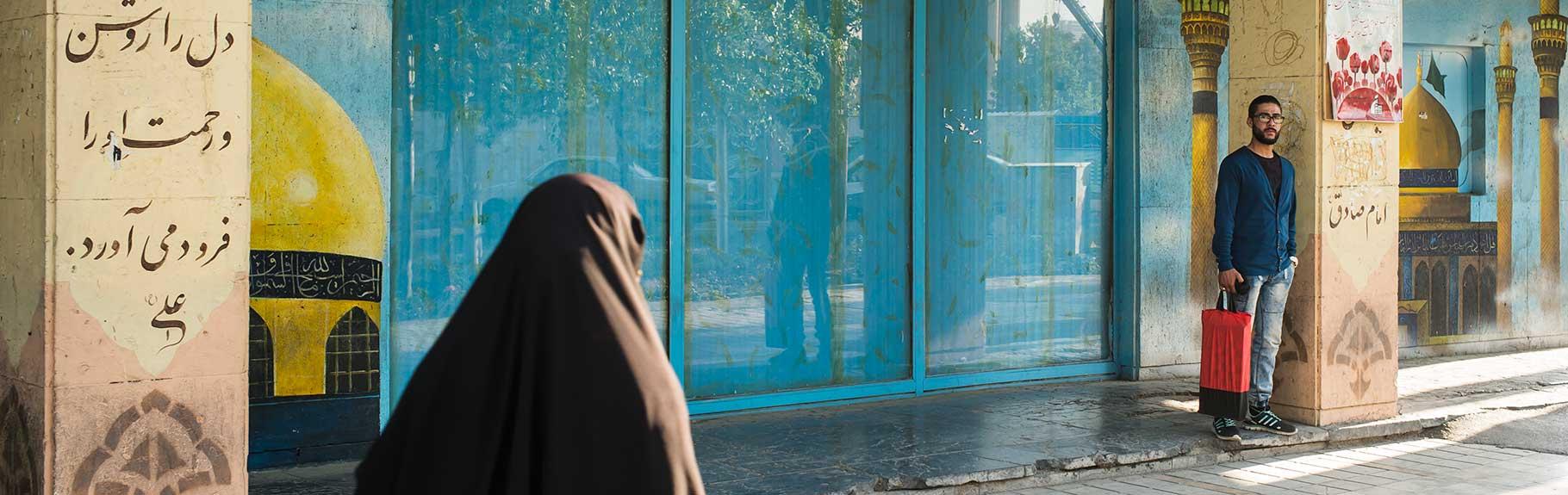 IRAN, entre el pasado y el futuro Interesados siempre en el comportamiento humano el propósito es mostrar este cruce en la identidad de un país, visto por los ojos de una mujer y un hombre que no pertenecen a él.