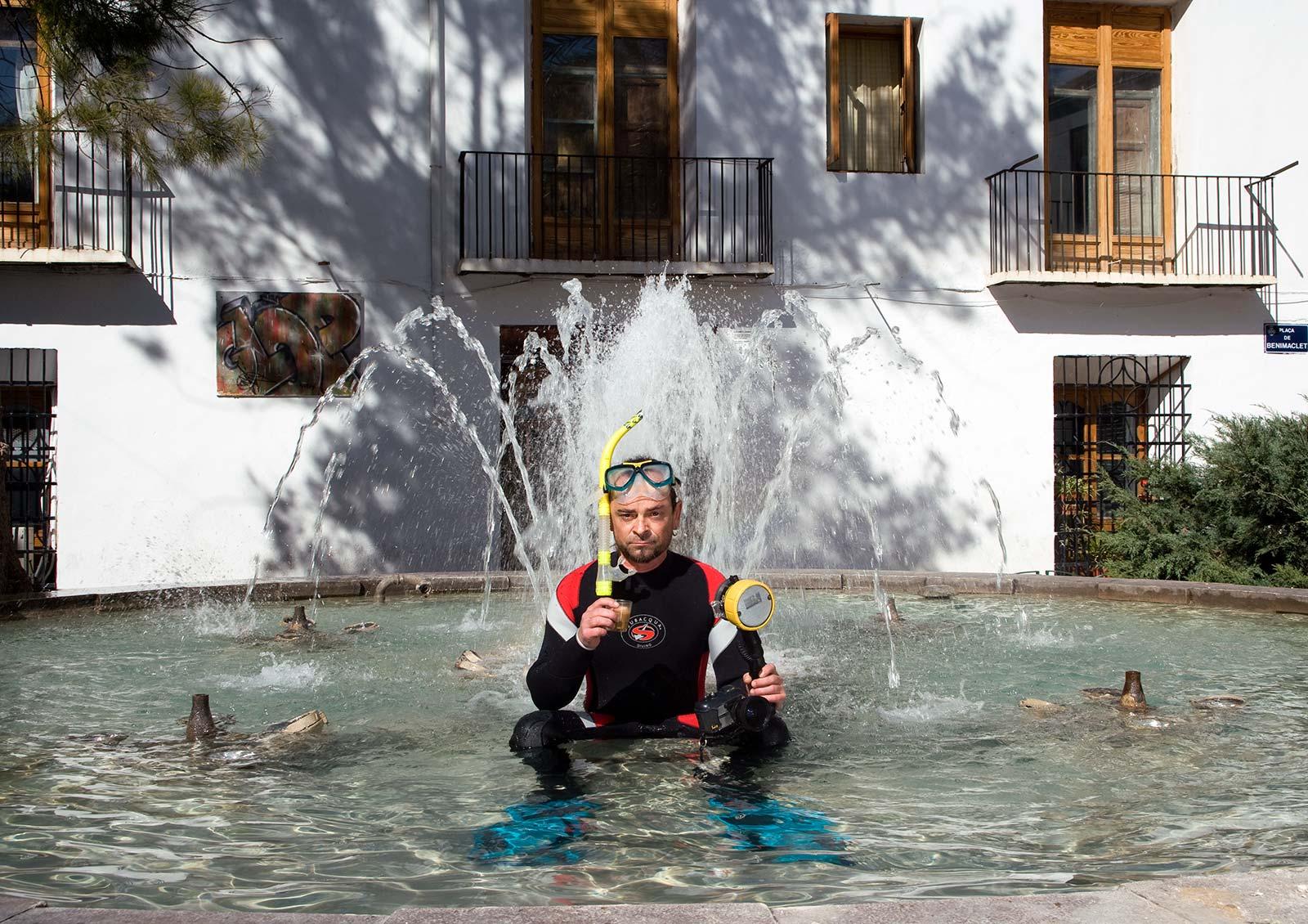 Ino Torres, camarero y submarinista, en la fuente de Benimaclet