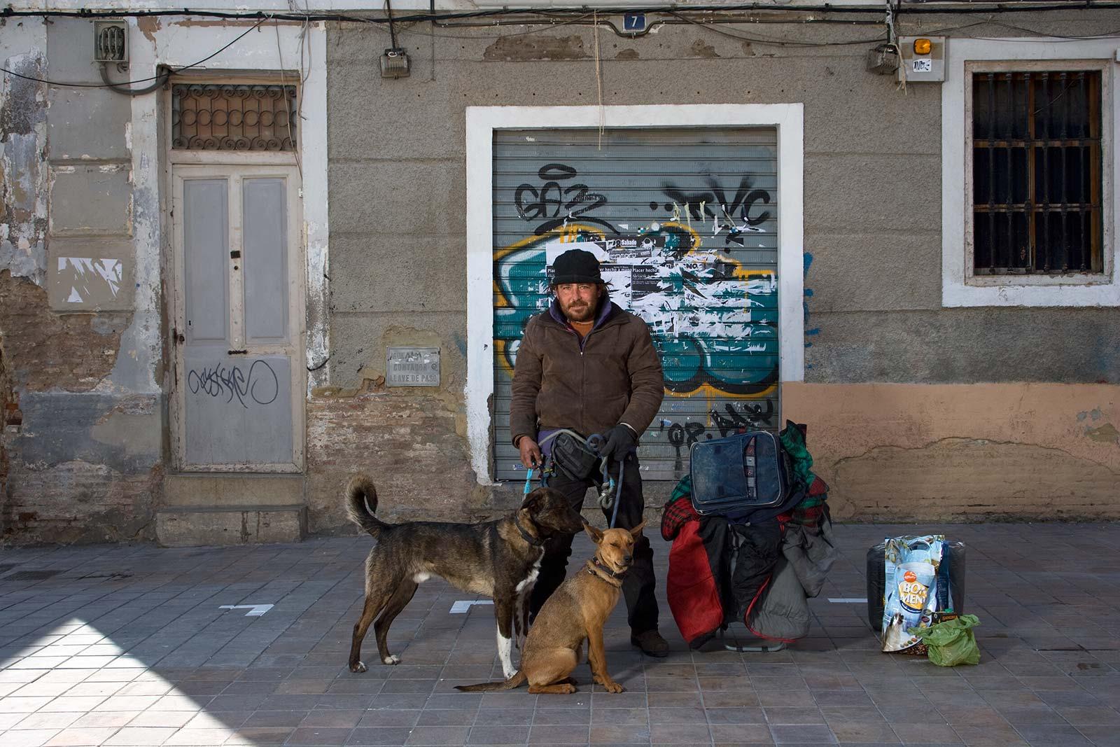 César, vagabundo, con sus perros y su casa