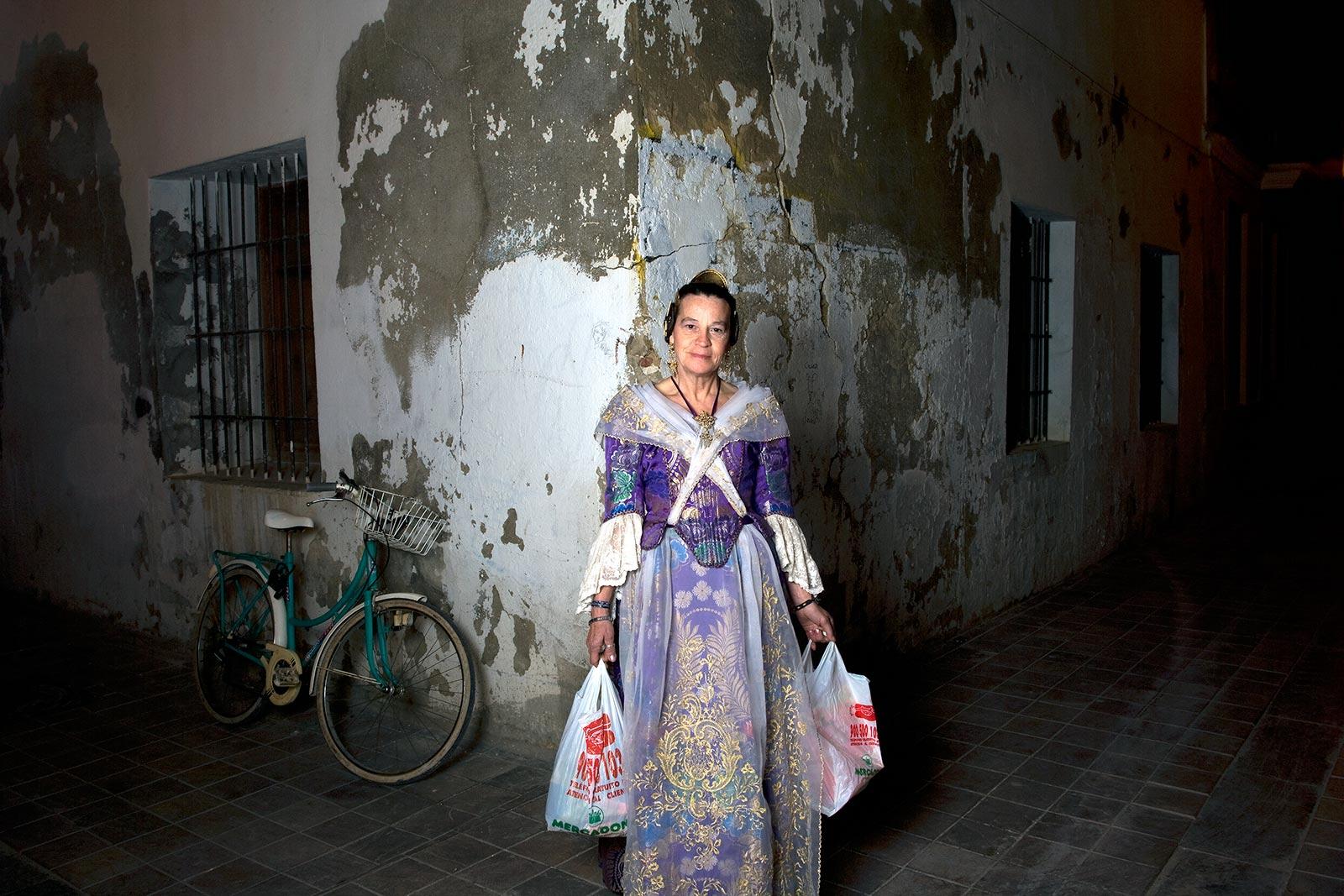 Maria Jesús, fallera, con la compra