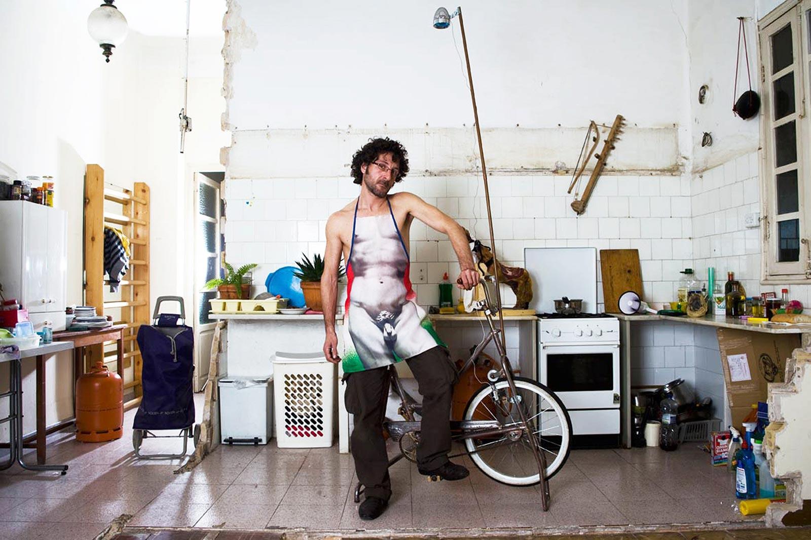 Victor Bonet, artista perfomancero, en su cocina