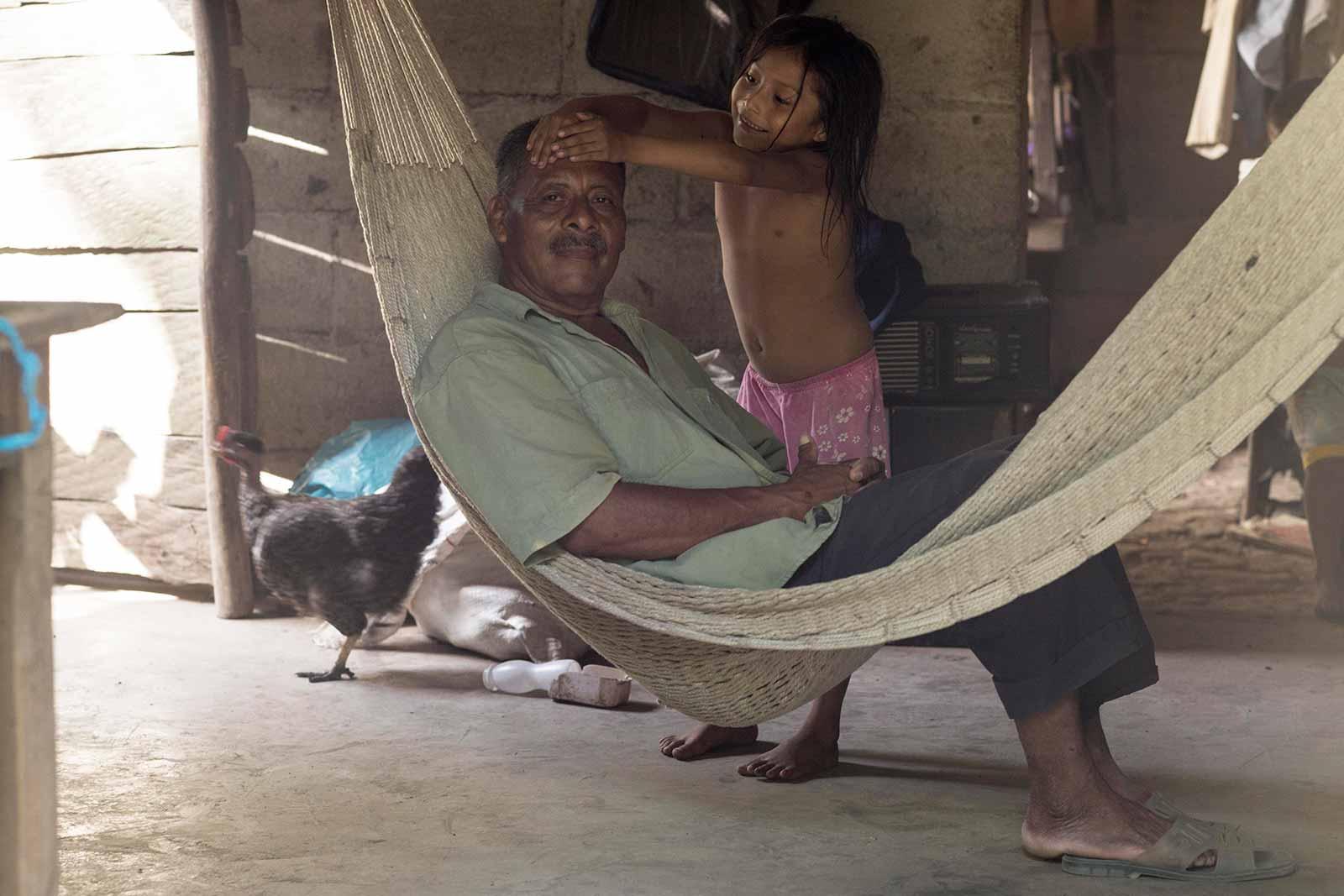 Marcos Cruz, campesino Nahualt con su hija. Nacajuca, Mexico