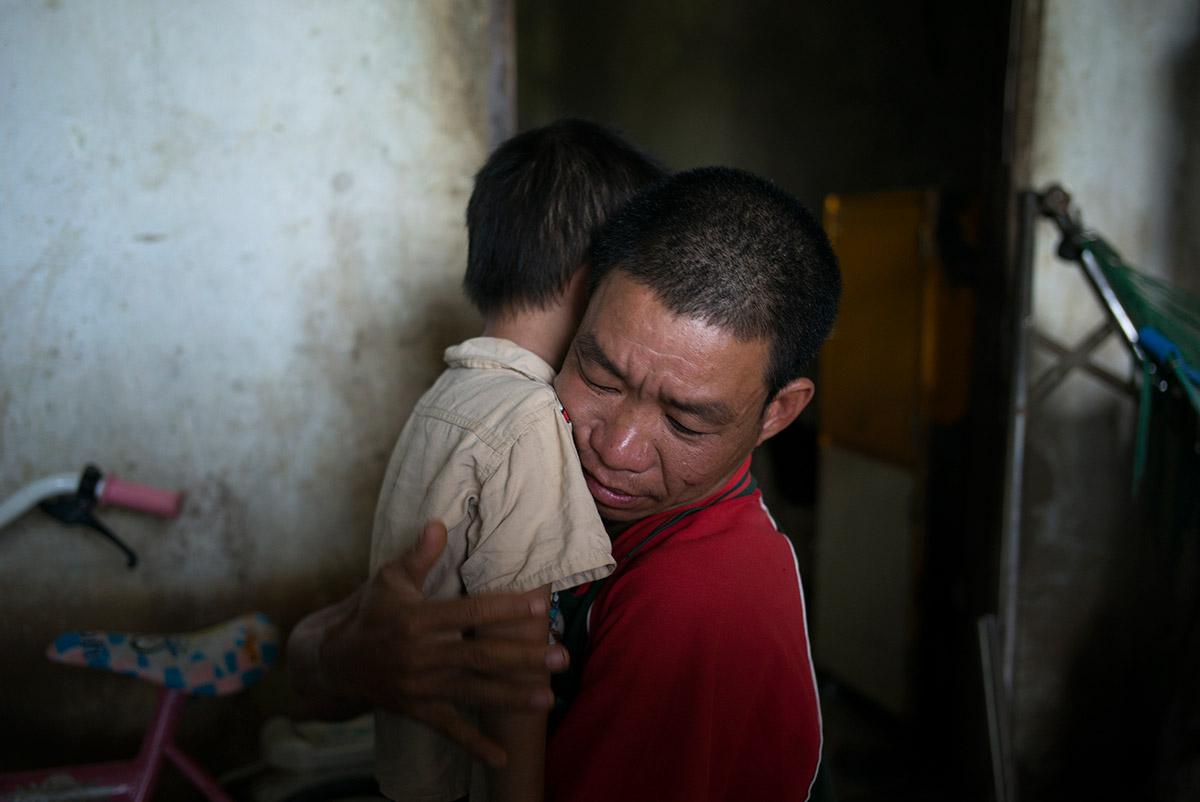 Van Kha abraza a su hijo Huynh Bao Kha. Operado de un problema cardíaco. Delta del Mekong, Vietnam.