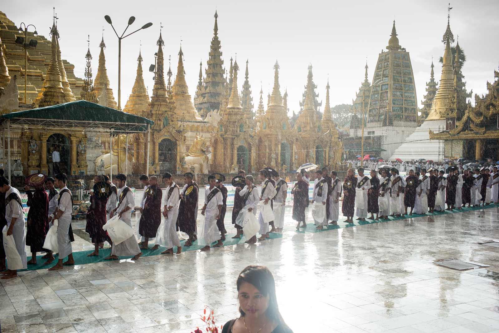 Shwedagon. Oración contraria a las agujas del reloj.